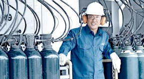 operator with cylinders, Linde Indonesia