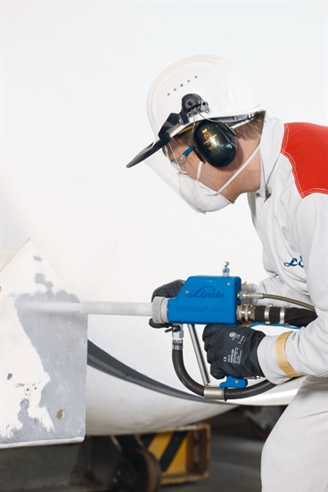 Man working CRYOCLEAN snow+. Dry ice combined with abrasive